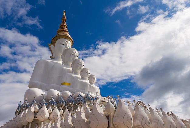 Cinco budas en el templo de wat pha son kaew