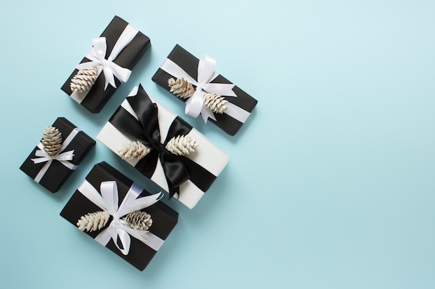 Cinco cajas de regalo de navidad en azul