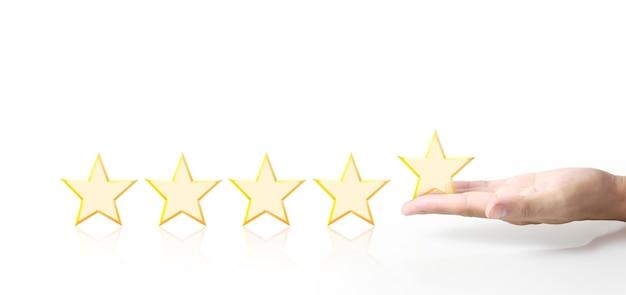 Cinco estrellas en la mano. aumentar el concepto de evaluación y clasificación de calificaciones