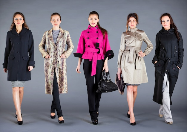 Cinco mujeres con ropa diferente, ropa de colección otoño invierno