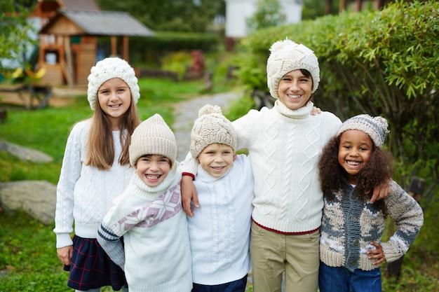 Cinco niños en familia grande