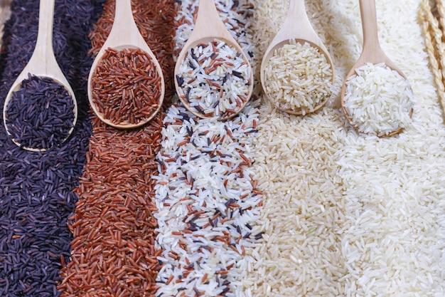Cinco tipos de arroz en la cuchara de madera.
