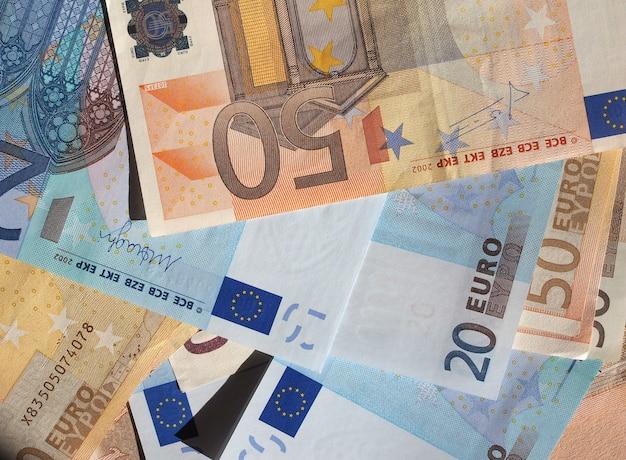 Cincuenta y veinte billetes en euros moneda de la unión europea