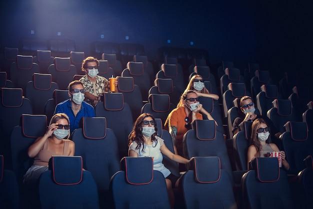 Cine sala de cine durante la cuarentena la seguridad de la pandemia de coronavirus gobierna la distancia social durante