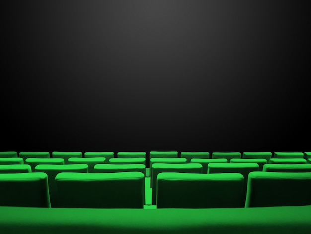 Cine sala de cine con filas de asientos verdes y una superficie de espacio de copia negra