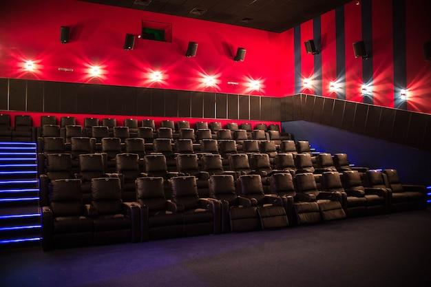 Cine vacío, cine con sillas suaves antes del estreno de la película