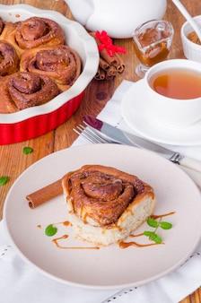Cinnabon bollos de levadura con canela y salsa de caramelo.