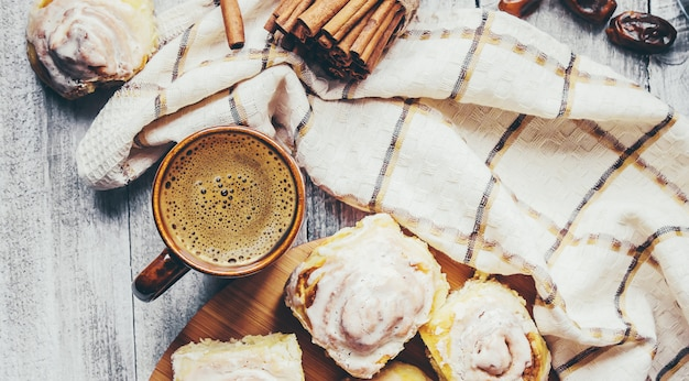 Cinnabon de canela y crema para el té. enfoque selectivo