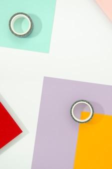 Cinta adhesiva y papel con formas y líneas geométricas mínimas