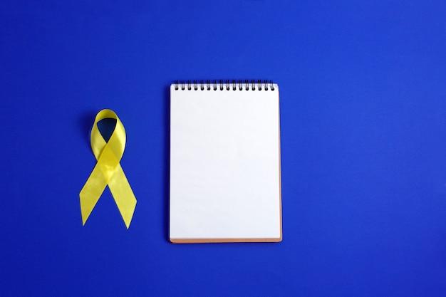 Cinta amarilla: símbolo de la conciencia del cáncer de vejiga, hígado y hueso.