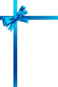 Cinta y arco azules claros del regalo aislados en blanco.