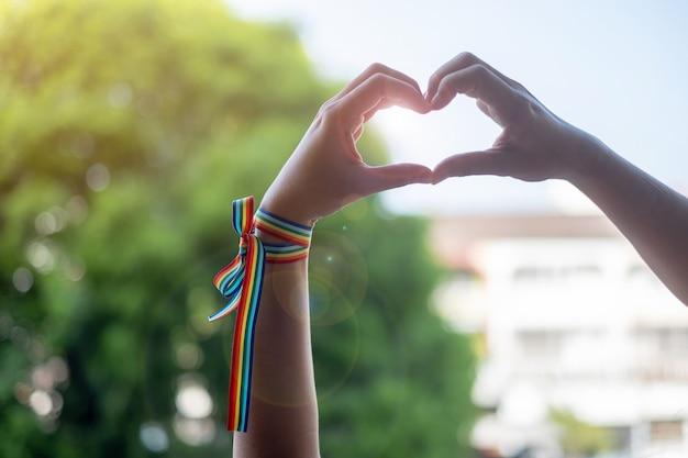 Cinta arcoiris lgbtq por la mañana