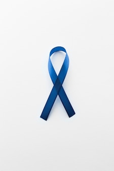 Cinta azul del cáncer en el fondo blanco