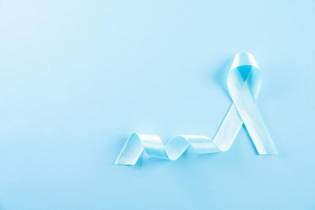 Cinta azul que representa la conciencia de los problemas de salud de los hombres; movember