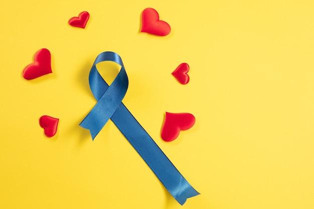 Cinta azul simbólica de la campaña de concientización sobre el cáncer de próstata y la salud de los hombres en noviembre