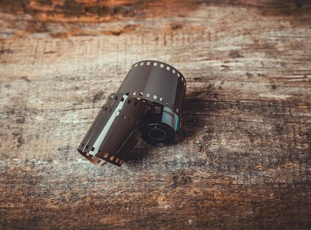Cinta de cámara de carrete vintage sobre madera