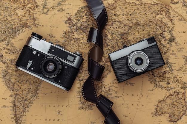 Cinta de cámara y película retro en el mapa antiguo. concepto de viaje