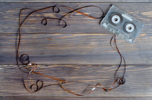 Cinta de casete de audio vieja en una madera marrón