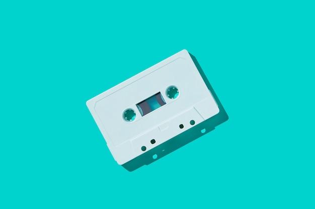 Cinta de cassette de audio blanco con sombra.