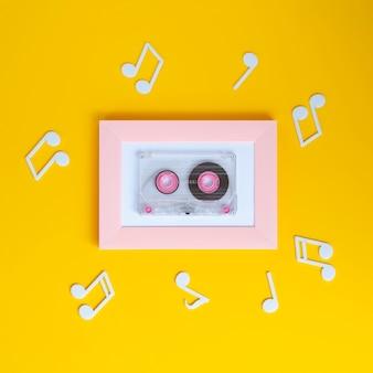 Cinta de cassette de colores brillantes con notas musicales a su alrededor.