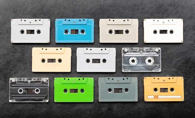 Cinta de cassette de colores sobre piso negro