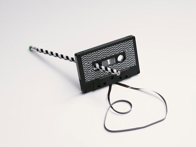 Cinta de cassette negra con patrón moderno que se está arreglando