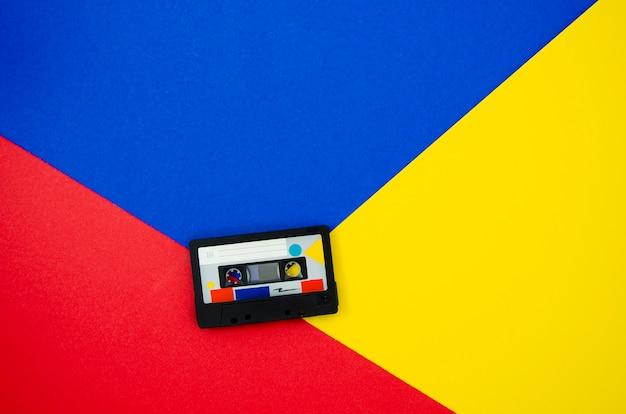 Cinta de cassette retro sobre fondo vibrand con espacio de copia