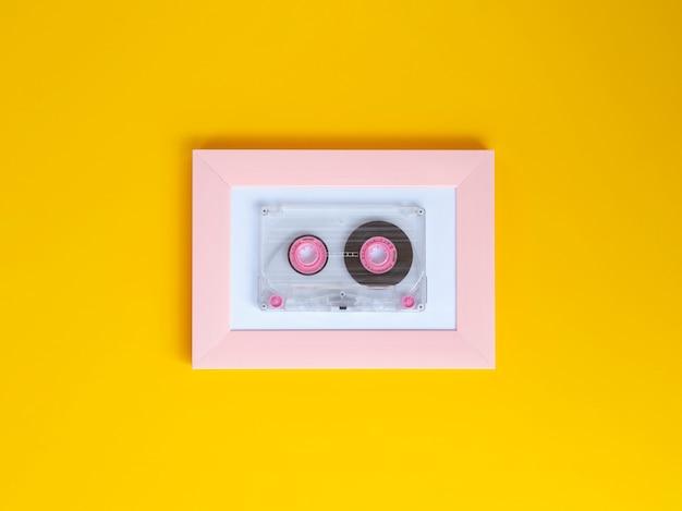 Cinta de cassette transparente y vibrante con colores de fondo vivos.