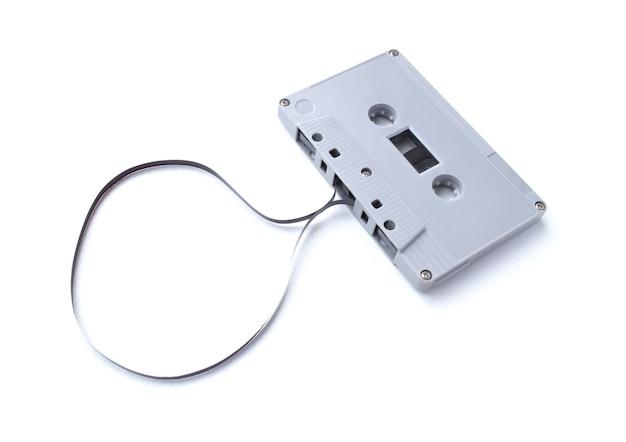 Cinta de cassette vintage aislada sobre superficie blanca