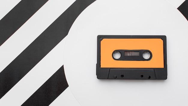 Cinta de cassette vintage sobre fondo moderno
