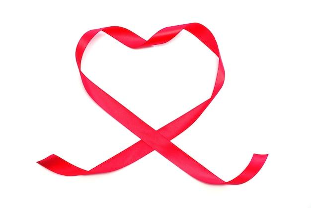 Cinta de corazón rojo sobre un blanco aislado