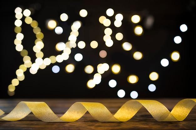 Cinta dorada cerca de luces borrosas