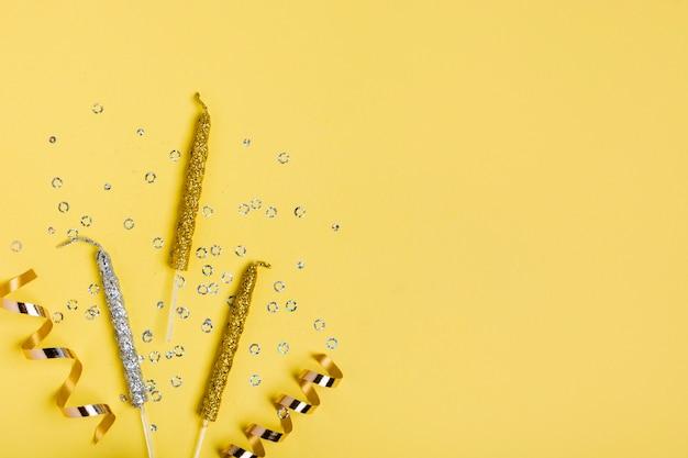 Cinta dorada y velas con espacio de copia