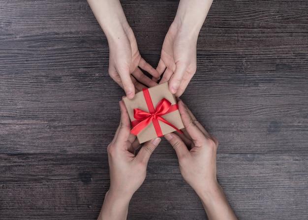 Cinta femenina blanco rojo dando