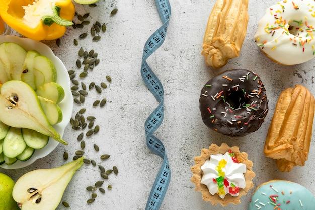 Cinta métrica entre alimentos saludables y no saludables