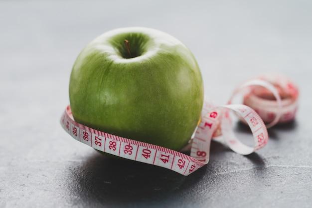 Cinta métrica alrededor de una manzana