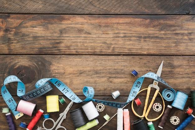Cinta métrica cerca de herramientas de costura