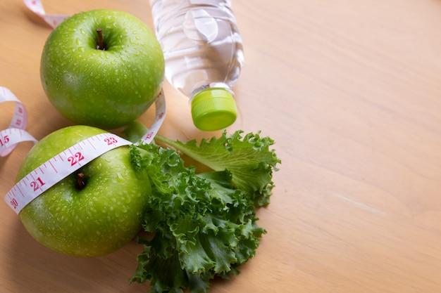 Cinta métrica y comida dietética