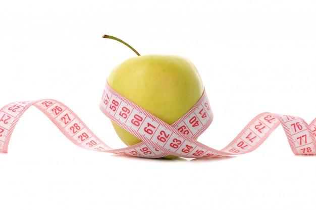 Cinta métrica con manzana aislada