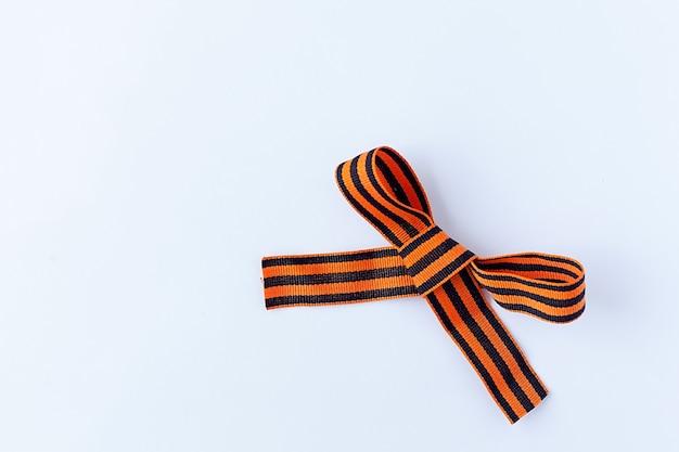 Cinta negra y naranja sobre un fondo blanco.