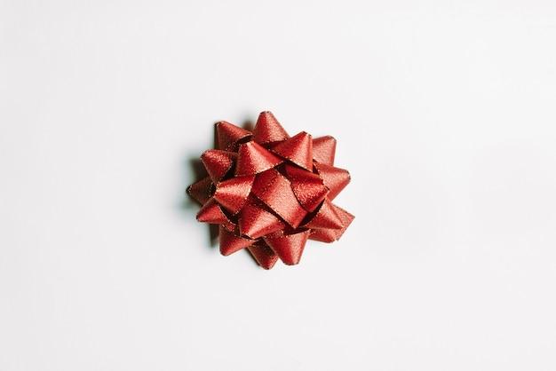 Cinta roja aislada para la celebración de navidad y feliz año nuevo.