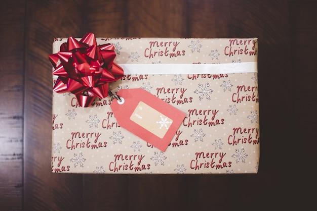 Cinta roja en caja de regalo