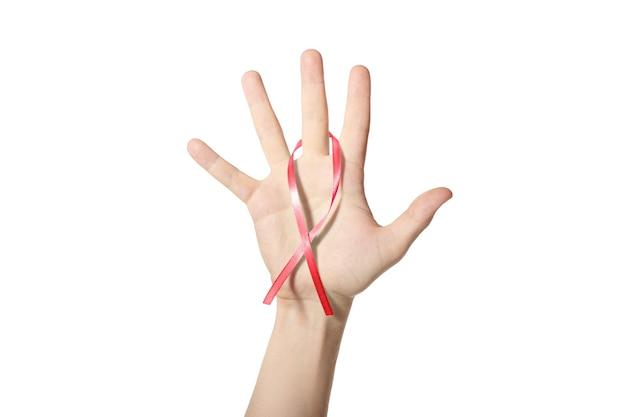 Cinta roja de la conciencia en la mano. símbolo del vih sida, abuso de sustancias o enfermedades cardíacas. fondo blanco aislado.