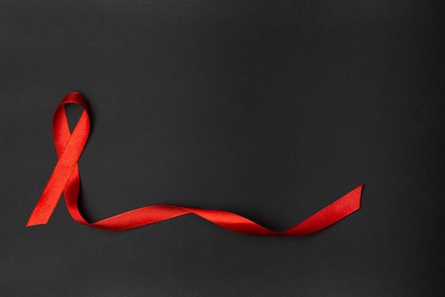 Cinta roja sobre fondo negro