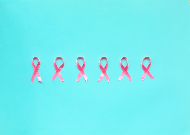 Cinta rosa sobre un fondo azul para el concepto de cáncer