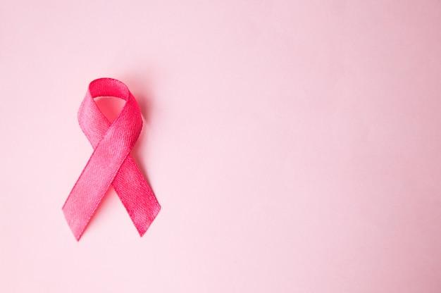Cinta rosada cáncer de mama en una rosa. vista desde el hasta