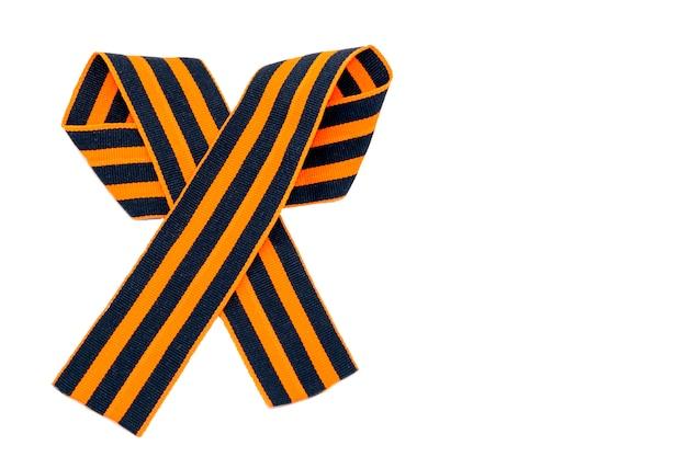 La cinta de san jorge aislada en blanco. el símbolo de la gran victoria.
