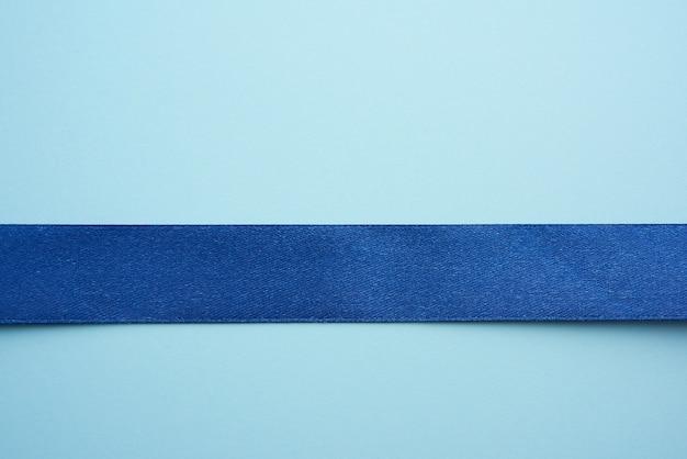 Cinta de seda azul sobre un fondo azul.