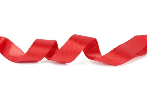 Cinta textil roja trenzada para cinturones y asas de bolsas aislado sobre un fondo blanco, cerrar