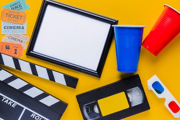 Cinta de video con claqueta y un marco
